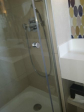 Hotel Aiglon - Esprit de France: Shower2