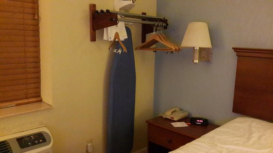 Howard Johnson Inn Jamaica JFK Airport: iron board