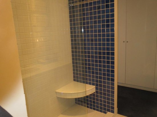 Dream Bangkok : Shower (see the half open glass partition)
