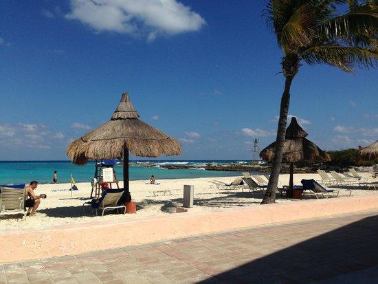 Club Med Cancun Yucatan: Красивый чистый пляж. Лежаков всегда на всех хватает