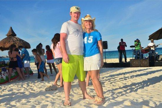 Club Med Cancun Yucatan: Барбекю. Живая музыка