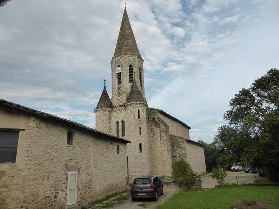 Lou Cantoun de Bernard Gisquet : The view of the church from the outside seating