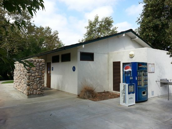 Santee Lakes Recreation Preserve: Very nice restroom and shower.