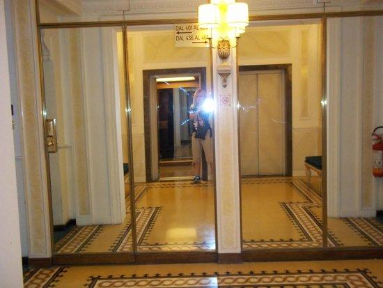 Hotel Massimo D'Azeglio: Corridor and lobby