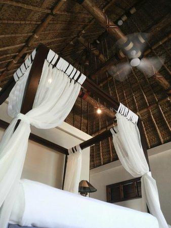 Paradise Cove Resort: Bed in Villa 37