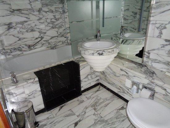 Hilton Stockholm Slussen: bathroom