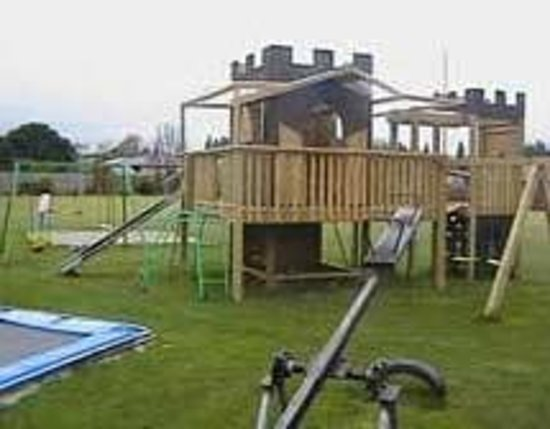 Alpine View Motel: Kids playground and large lawn area is well used