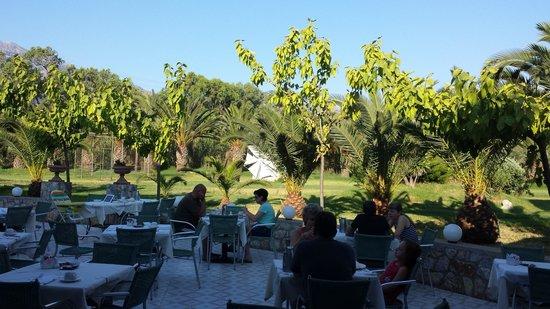 Mythos Palace : uitzicht bij het ontbijt aan de tuinzijde (kon ook aan het zwembad)