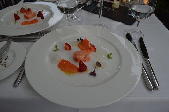 NATIONAL Restaurant Bar Terrasse: Öra-King Lachs mit Erdbeeren