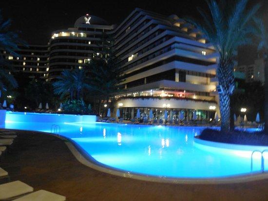 Rixos Downtown Antalya : Piscine de nuit