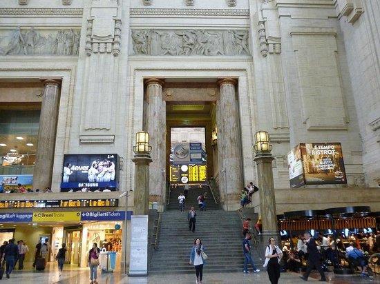 Milano Centrale : 階段とエスカレーターもあり