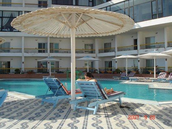 Beirut Hotel: бассейн