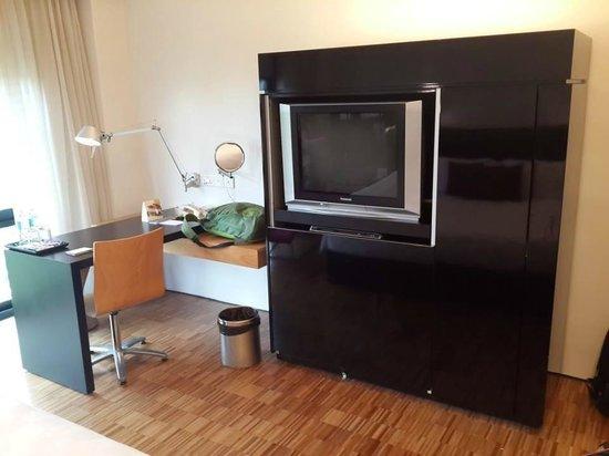 Hotel Maya Kuala Lumpur : TV