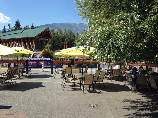 Riverhouse tavern: Riverhouse patio