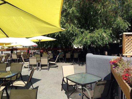 Riverhouse tavern: Patio