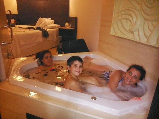 Bavaro Princess All Suites Resort, Spa & Casino: jacuzzi en la habitacion