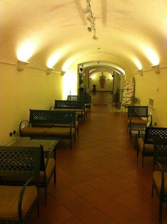 Domus Sessoriana Hotel: В этой галерее можно поужинать и посидеть в интернете