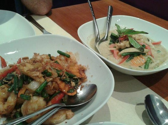 Curry & Cocos: Vegetables in green curry and shrimps in black curry