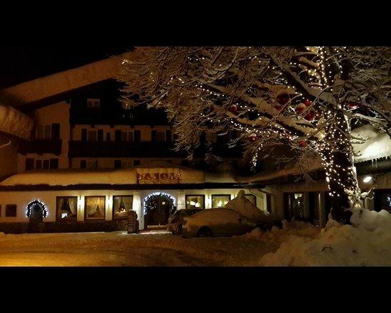 Albergo Savoia: Вид отеля ночью