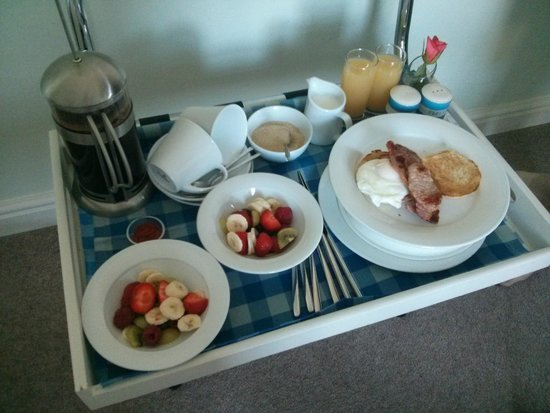 School House Kendal Holiday Lets: Very pretty tray that breakfast was delivered on