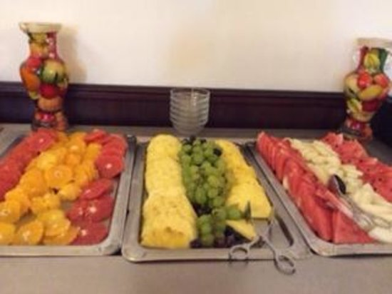 Hotel Ruze: Fruits at breakfast buffet
