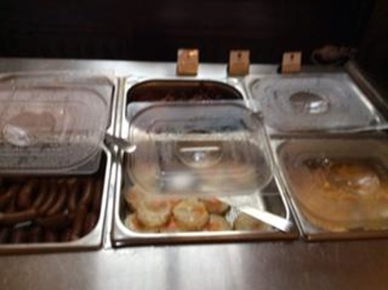 Hotel Ruze: good selection of hot dishes at breakfast buffet