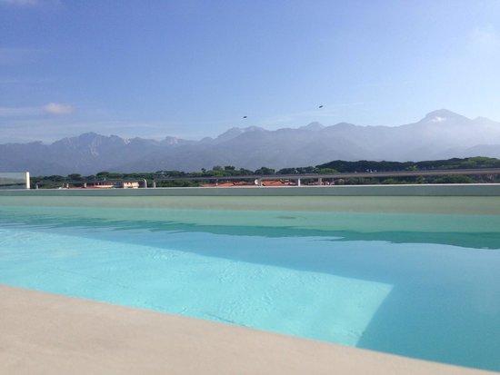 Savoy Hotel: Zwembad met uitzicht op bergen