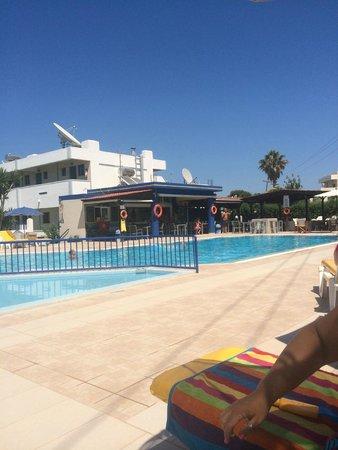 Nicon: pool bar