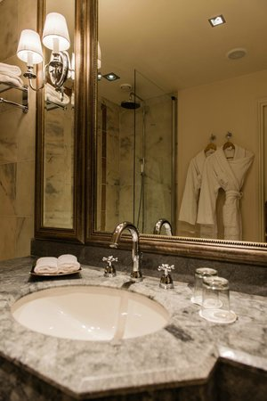 Tiara Chateau Hotel Mont Royal Chantilly : Salle de bain chambre Deluxe