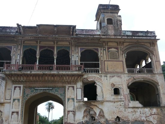Galtaji Temple : Time dilapidated Main Entrance to Galtaji