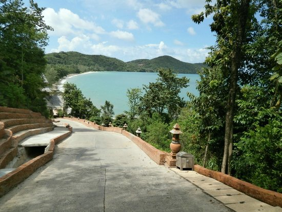 Santhiya Koh Yao Yai Resort & Spa : Circulation road between villas and restaurant/pool area