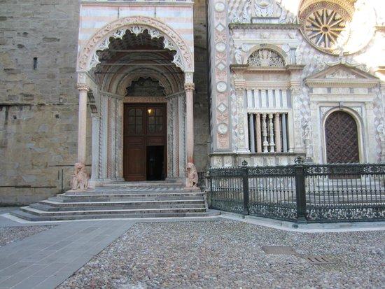 Basilica di Santa Maria Maggiore: Porta settentrionale (detta dei Leoni Rossi)