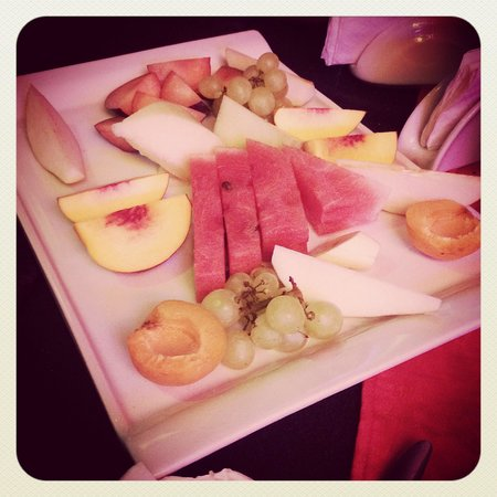 Leon Restaurant: Free fruit plate as a special treat!!