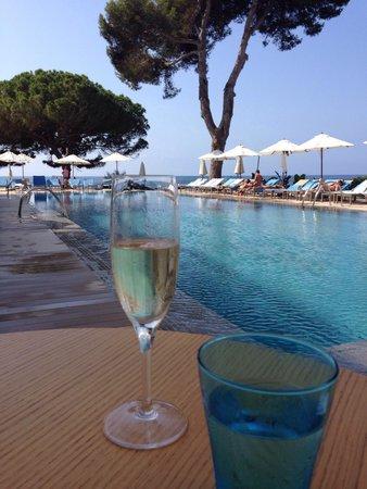 ME Ibiza: Champagner zum Frühstück mit Blick auf den Pool