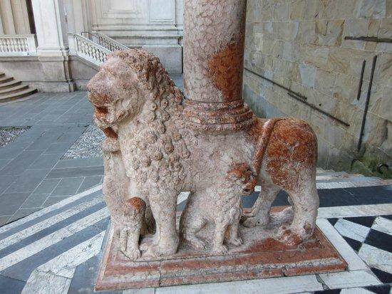 Basilica di Santa Maria Maggiore: Leone Rosso