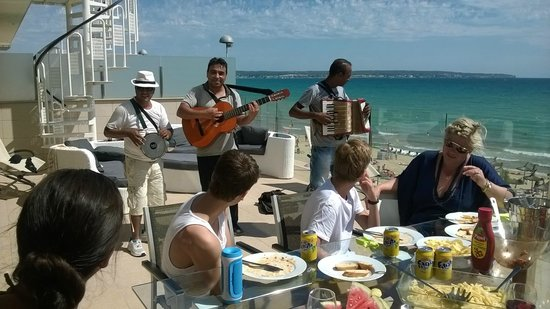 Apartaments Delfin: Lokalt band på terrassen