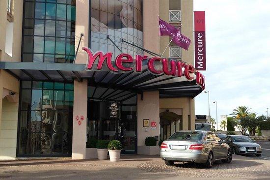Mercure Thalassa Port Frejus : Einen Parkplatz in der Umgebung suchen galt offenbar nicht für alle! Dieser Wagen stand 2 Tage d
