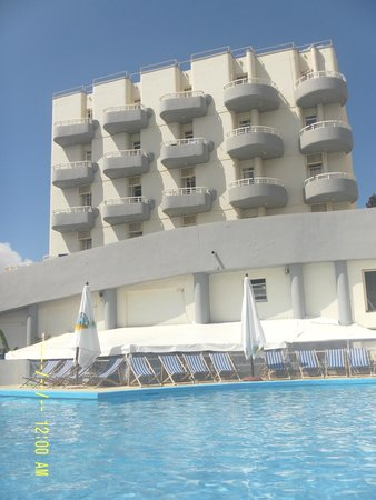 Ambassador Hotel: Hotel e Piscina