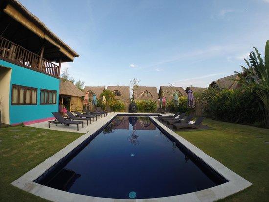 United Colors of Bali : la piscine et les villas derrière