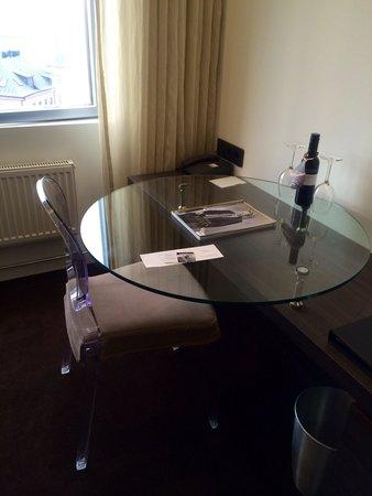 Hotel Riverton: Desk in our room