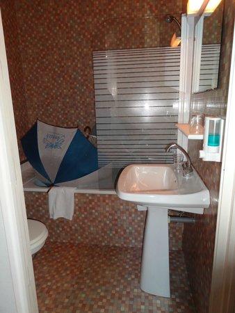 Hotel Le Rochegude : Geen deur in de badkamer, wc om de hoek :)