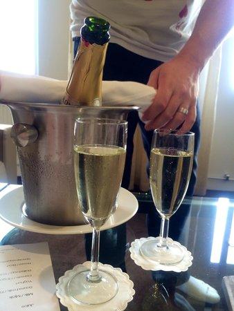 Hotel Riverton: Bubbles