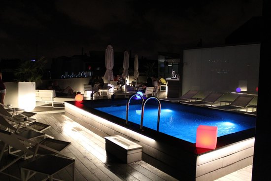 H10 Casanova: Roof terrace by night
