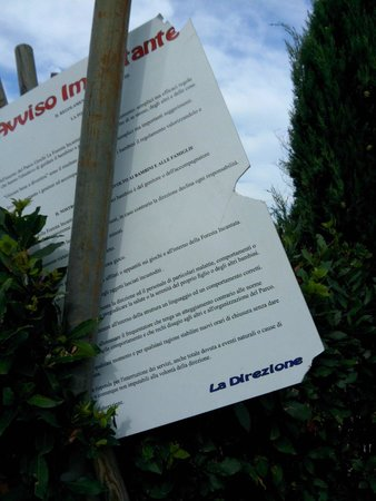 Fattoria Belvedere : Cartello ingresso area giochi bimbi pericolosamente spezzato ed instabile