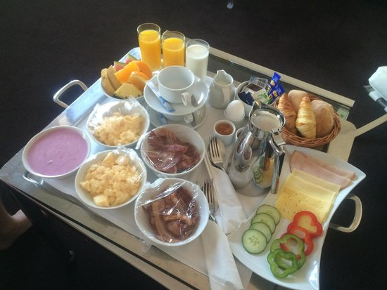 Hotel Riverton: Room service is only 55:-. Mind you, ours was delivered 30 mins late and we had to call the rece