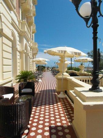 Grand Hotel Cesenatico: Front porch