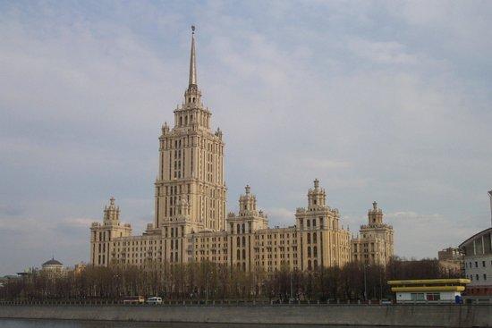 Crowne Plaza Moscow World Trade Centre : Ganz in der Nähe zhu sehen bei einem Abendspaziergang an der Moskwa