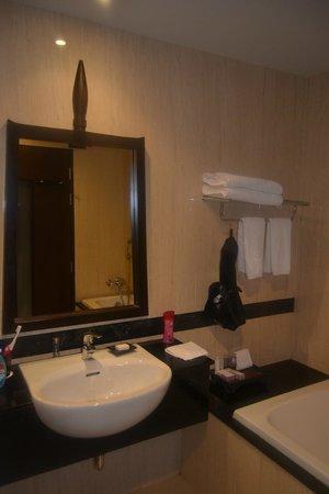 Centara Anda Dhevi Resort and Spa: Lavabo y bañera