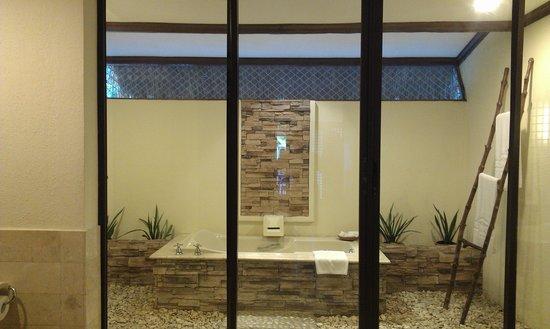 Bluewater Maribago Beach Resort: The garden villa bathroom