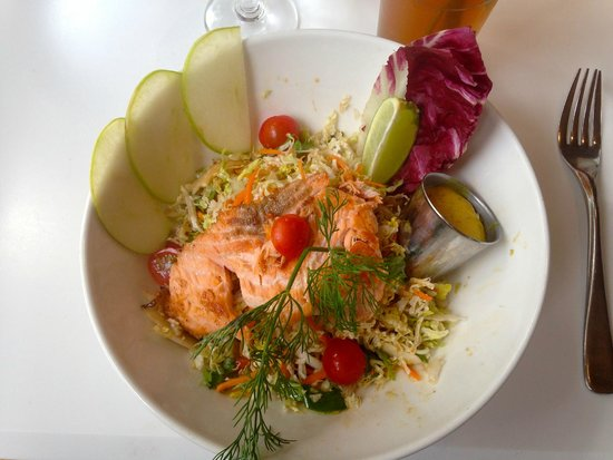 Le Paradis du Fruit : Asian slaw salad with salmon - delicious
